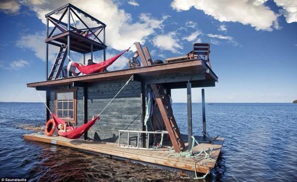 image14 El sauna flotante que viene con barbecue, hamaca y un trampolín