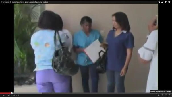 """54 Familiares de un paciente """"abimban"""" al personal médico de un hospital [RD]"""