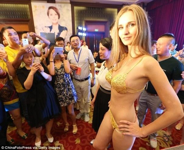 image34 Un bikini de oro de US$167 mil se roba el show en la pasarela china