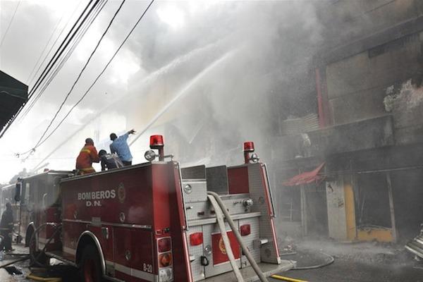 Luchan contra voraz incendio en Villa Consuelo [RD]