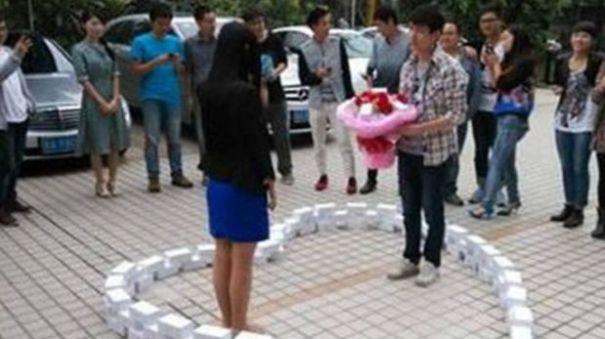 999057 Romeo chino compra 99 iPhones para proponer matrimonio y recibe un NO