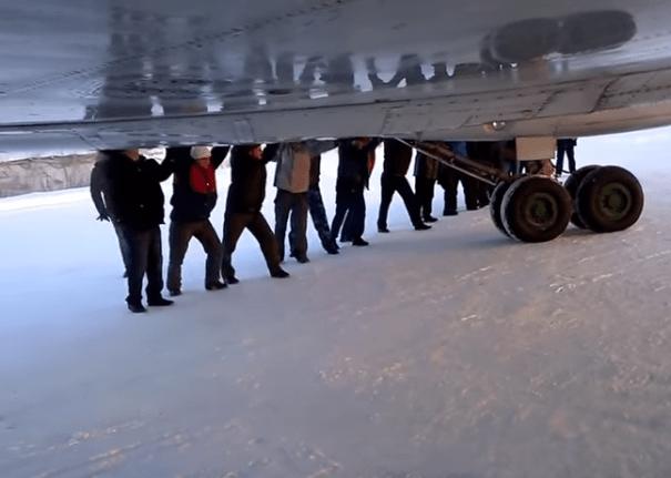 avion Pasajeros empujan su avión [Siberia]