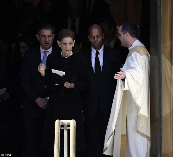 esposa Fotos   Amigos y familia en el funeral de Oscar de la Renta