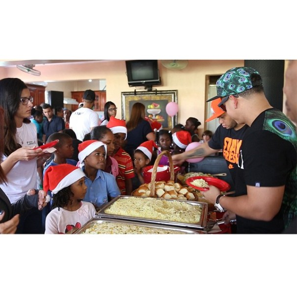 dy Daddy Yankee sirviendo comida en su comedor en RD