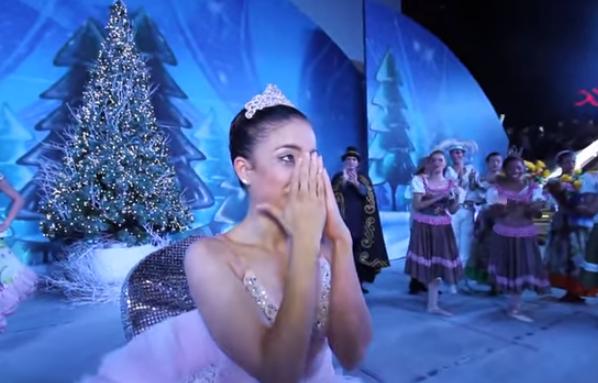 bailarina Bailarina dominicana sorprendida en plena actuación con la pedida de matrimonio