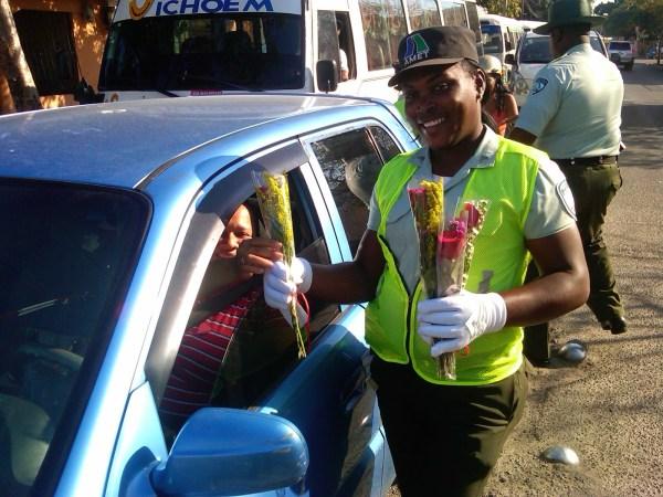 amet AMET regala flores a conductores en San Valentín