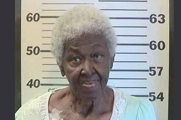 image101 Anciana le dispara en un pie a sobrino nieto por robarle US$20