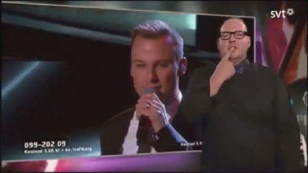 0012346027 Video   Intérprete de lenguaje de señas se roba el show