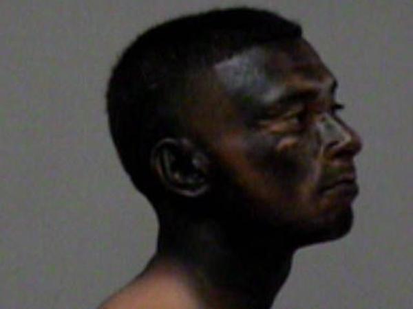 1474951 Fotos   Tipo se pinta la cara dique para ocultarse de la policía