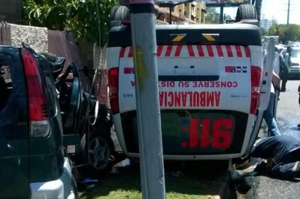 ambulancia Ambulancia del 911 choca con yipeta, tres heridos