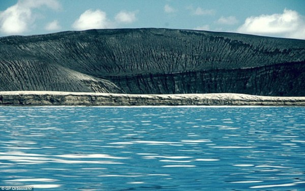 image329 Fotos   El espectacular nacimiento de una isla