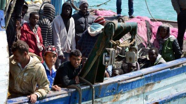 0012472136 Se ahogan más de 400 tratando de llegar a Italia en bote