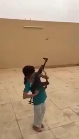 image150 El momento cuando carajita casi le dispara a camarógrafo con AK47