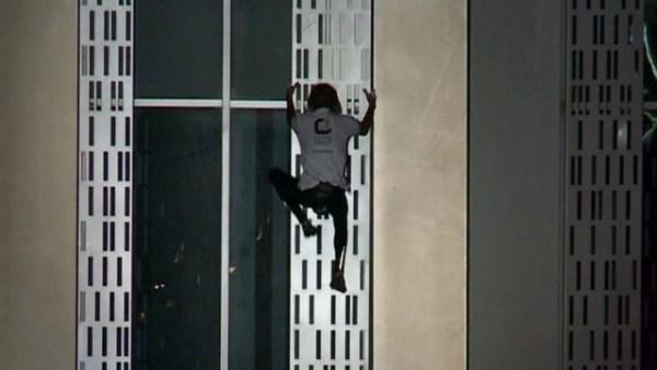 image195 Video   Hombre araña escala torre en Dubai
