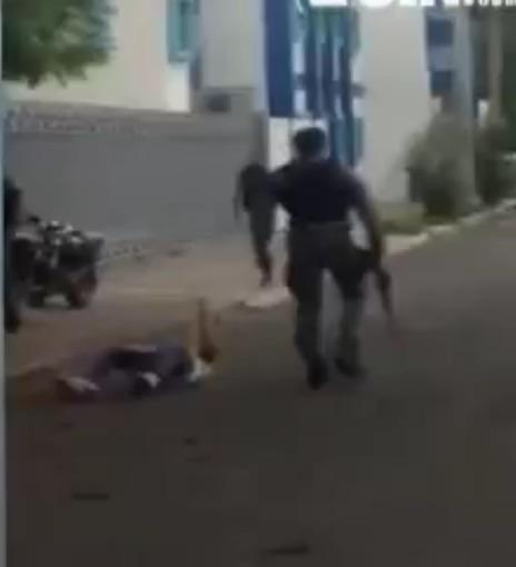 image213 Captado en cámara: agente agrede joven en Bonao