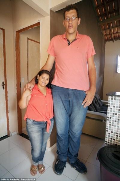 image397 El tipo más alto del Brasil encuentra el amor en una jeva de 5 pies de altura