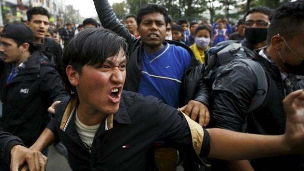 nepal temblor protestas Policía se enfrenta a sobrevivientes del terremoto de Nepal