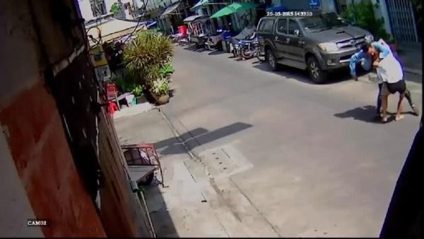 106ecb361d7b sf 2 Video   Tipo apuñaló mujer en Bangkok