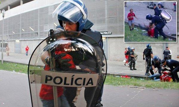28ddf19500000578 0 image a 50 1432056221307 1 Video   Brutal agresión policial a un seguidor del futbol delante de sus hijos