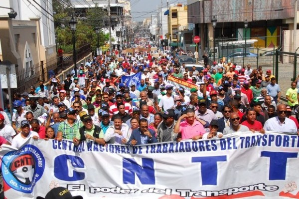 c85cb5e94cf66164f28f717561cf53a3 620x412 Foto: Trabajadores marcharon por aumento salarial en RD