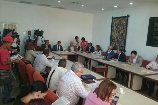 image478 Se caldean los ánimos afuera reunión Comité Nacional Salarios