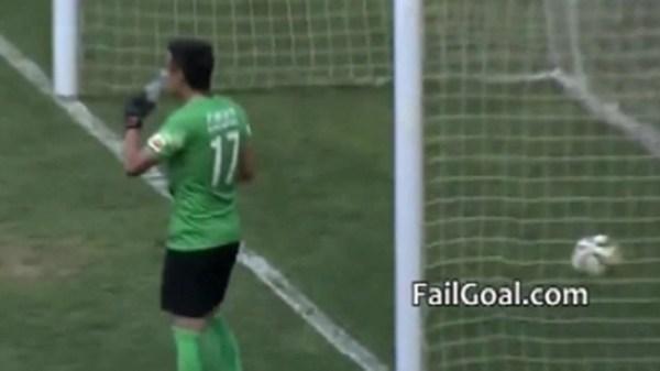 image634 Video   Le anotan gol a portero por tomar agua