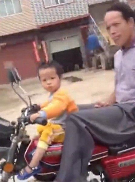 image686 Video   Censuran abuelo permite niña de dos años controle motor