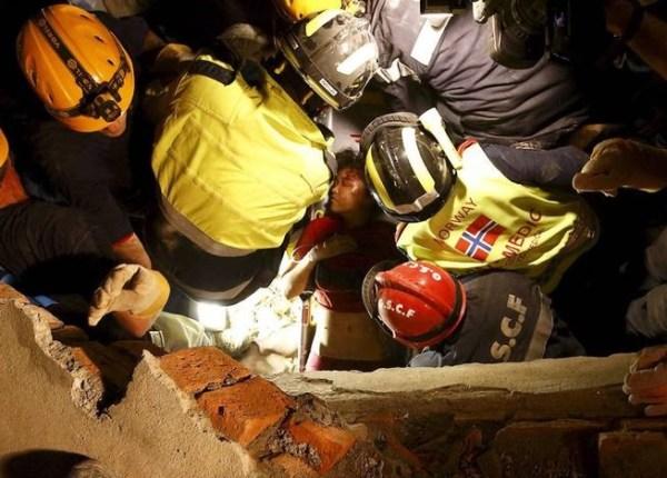 image7 Rescatan a mujer en Nepal tras 128 horas