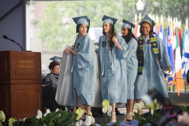 img 8757 Video   Una estudiante lleva colchón a su graduación en señal de protesta