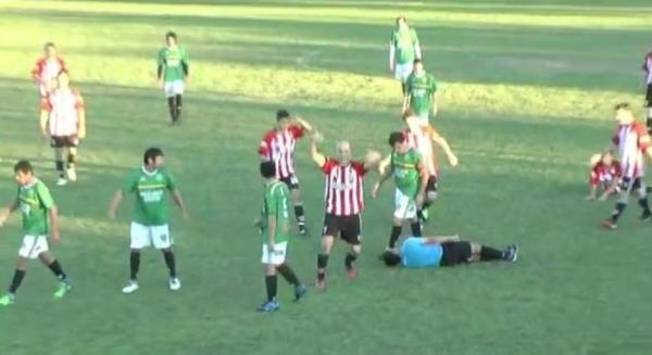 ref Video   Futbolista argentino noquea arbitro por tarjeta amarilla