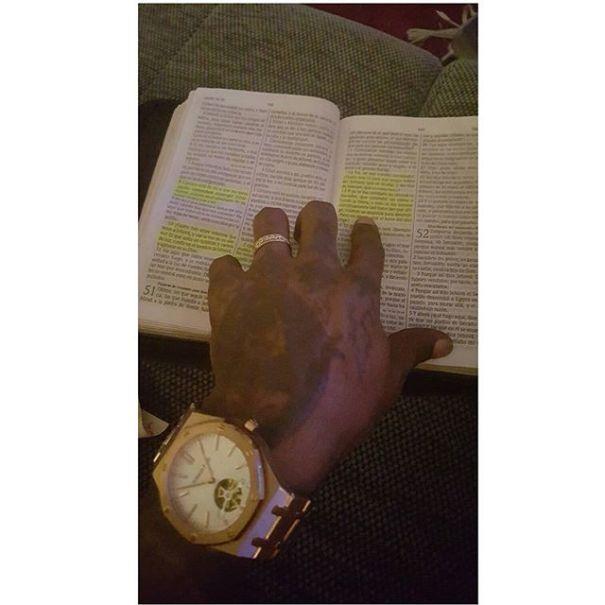 biblia Dia en la vida de Omega:Se implanta prendas y lee la Biblia
