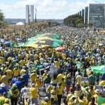 0013185297 Brasileños quillaos con la presidenta Dilma Rousseff
