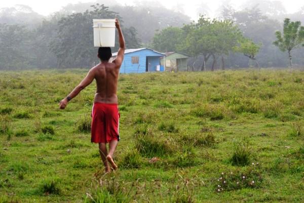Cargando agua del rio