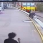 dona salva nino arrollado tren VIDEO – Doña salva niño a segundos de ser arrollado por tren