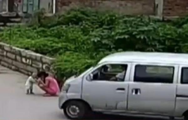 bebe VIDEO – Bebé se salva en tablita al ser arrollado por guagua