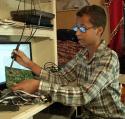 inventor Carajito fabrica reloj, lo lleva a su escuela y acaba preso