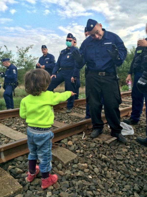 nino refugiado FOTO –La acción de niño refugiado a policía húngaro
