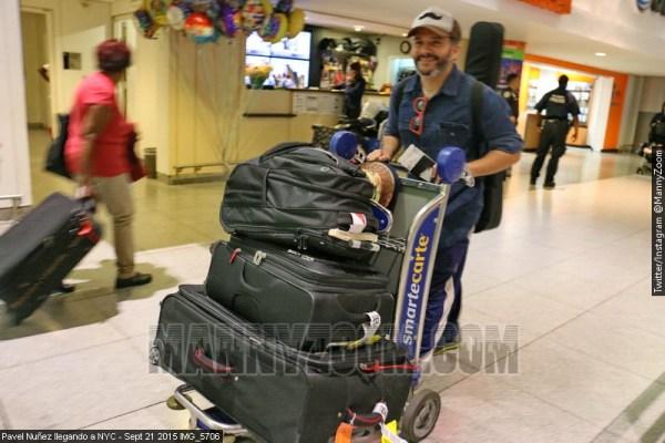 pavel Fotos   Pavel Nuñez con su maletas en JFK