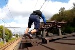 "surfear trenes A estos tipos le ""jiede"" la existencia [Video]"
