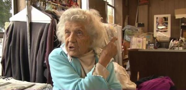 felimina rotundo Doñita de 100 años continúa fajá en su trabajo