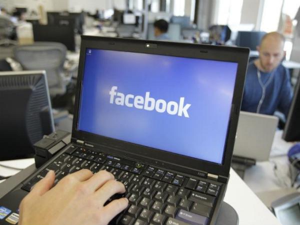 metiendo-mano-a-facebook-en-el-trabajo