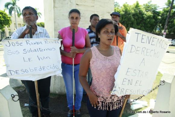 Foto   Protesta de ciegos. (Llevan 16 dias  frente al Palacio Nacional y no les hacen caso)