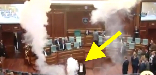 video fokiuse lanza par de bombas en parlamento VIDEO –Fokiuse lanza par de bombas en Parlamento