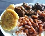 Chivo, arroz, habichuela y tostones