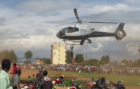 Hombre enganchao en helicoptero