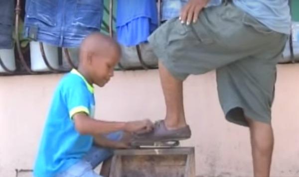 limpiabotas Mira lo que hace este niño dominicano después de recibir quimioterapia