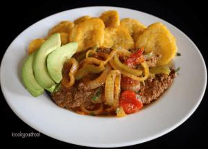 Comida de las 12: Bistec, tostones y aguacate