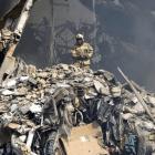 bombero Irán: 35 bomberos atrapados en edificio derrumbado
