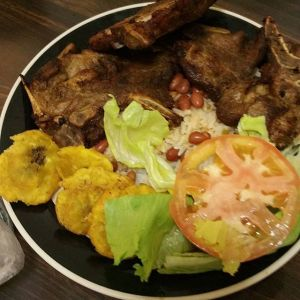 Comida de las 12: Chuleta, arroz y habichuela