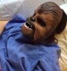 Mujer dando a luz con máscara de Chewbacca